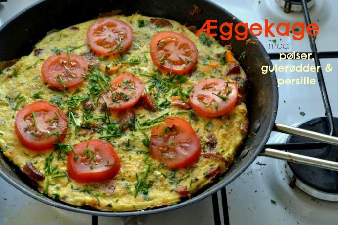 Æggekage med pølser, gulerødder og persille