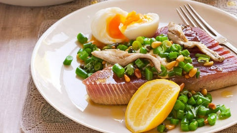 Barbecued niçoise-style tuna: The perfect combo of light and fresh flavours, this healthy dish is ready in under 20 minutes.
