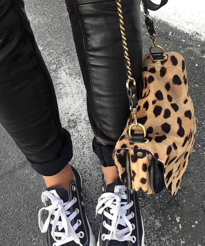 Besace léopard + converses basses noires + slim en cuir = le bon mix (sac Jérôme Dreyfuss - blog Audrey Lombard)