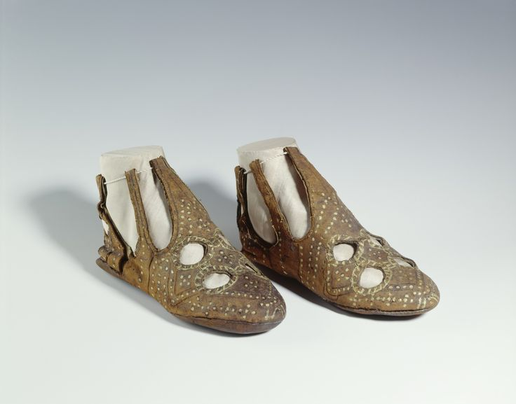 12th Century shoes - research paper about them at http://thewarpfactor.blogspot.com/2012/11/shoe-planning.html