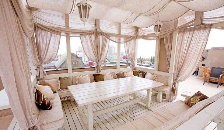 aménager une terrasse d'appartement esprit shabby chic, sol en bois et meubles en blanc neige