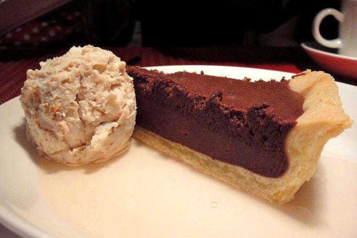 Suklaatorttua, maustekastiketta ja viikunajäätelöä