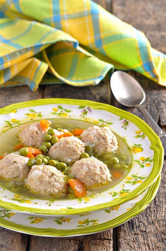 Суп с фрикадельками из индейки и зеленым горошком