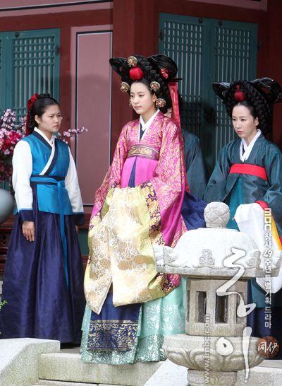 Korean drama [Dong Yi] = 숙빈최씨 [Lady Choe Sukbin] - 한효주 (Han Hyo-joo)♡♡Dong Yi (Hangul: 동이; hanja: 同伊) is a 2010 South Korean historical television drama series, starring Han Hyo-joo, Ji Jin-hee, Lee So-yeon andBae Soo-bin. About the love story between King Sukjong and Choi Suk-bin, it aired on MBC from 22 March to 12 October 2010 on Mondays and Tuesdays at 21:55 for 60 episodes.