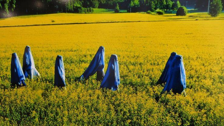 Rosa Liksomin burkaan pukeutuneet mallit suomalaisessa maisemassa.