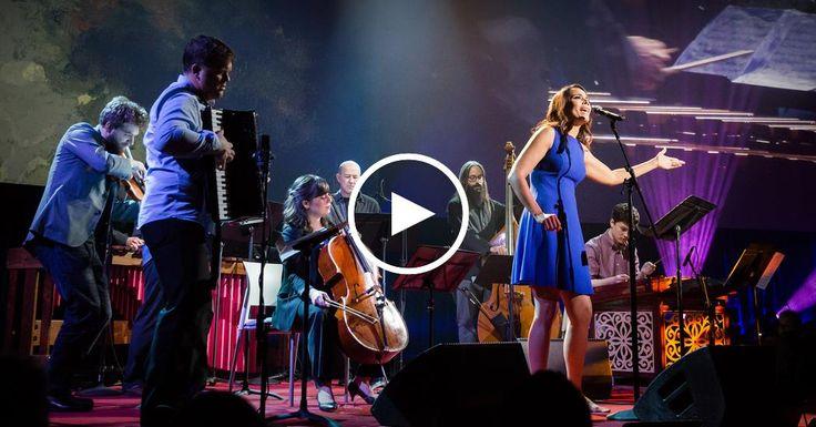 """La cantante Rhiannon Giddens se une a la orquesta internacional colectiva Silk Road Ensemble para presentar """"St. James Infirmary Blues"""" clavando la popular canción que Armstrong popularizó en los años 1920 con la influencia de los musicos Romani."""