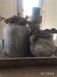 oude kruiken met dadelpalm en kloskandelaar