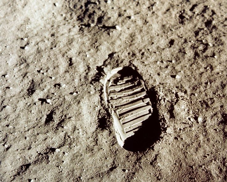 """""""The sky is not the limit ... There are footprints on the Moon!"""""""