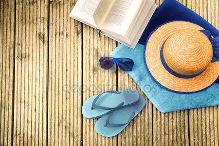 Скачать - Летние каникулы, соломенная шляпа, Вьетнамки, синие очки, бирюзовый полотенца и книгу на деревянный мостик, вид сверху — стоковое изображение #116001028