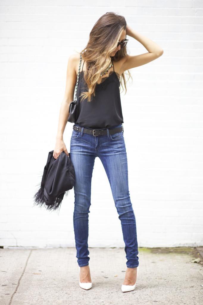 Jeans, playera negra, zapatos blancos