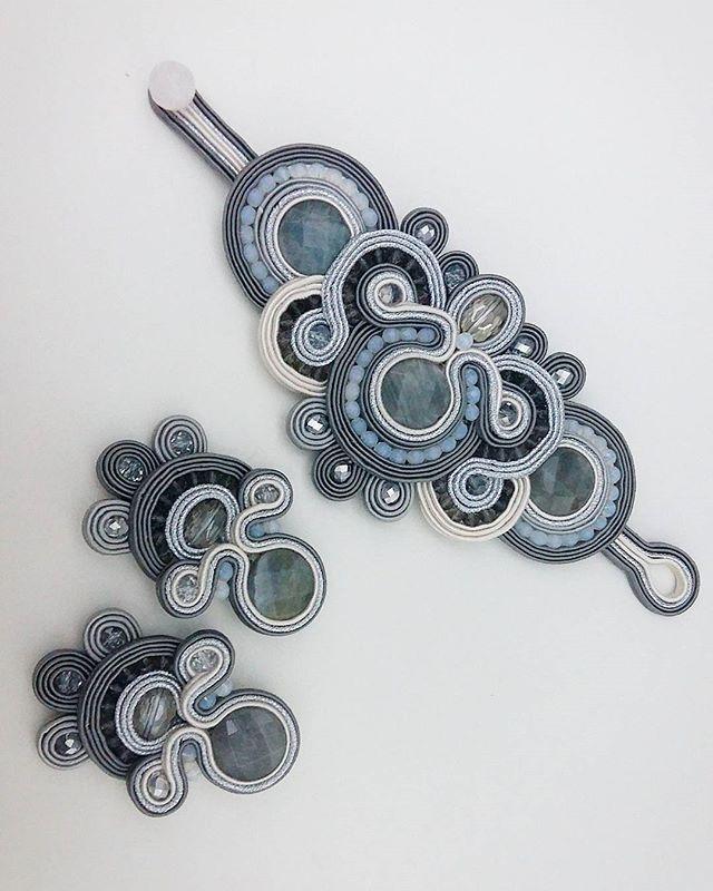 Браслет и серьги выполнены в серых тонах с добавлением цвета айвори. Очень нарядно и стильно получилось #сутаж #серьги #ручнаяработа #дизайнерскиеукрашения #украшения #украшенияалматы #стиль #soutache #earrings #soutachejewelry #embroidery #embroideryjewelry #artistic #jewelry