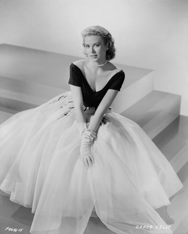 Em Janela Indiscreta, Grace Kelly, usou uma peça em preto e branco, com a blusa de decote V e a saia ampla branca. Elegância discreta mesmo nas telas Foto: Getty Images