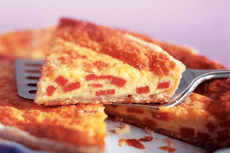Hartige taart met Smac - Recept - Allerhande.  Kan natuurlijk ook met spekjes, zalm e.n.z.  5 plakjes bladerdeeg (diepvries) 1 blikje Smac (340 g) 4 eieren (middel groot) 125 ml koksroom (pakje a 200 ml) zout en peper 1 zakje gemalen belegen kaas (a 150 g) 1 krop ijsbergsla 1 dl sladressing naturel (fles a 450 ml) olie om in te vetten
