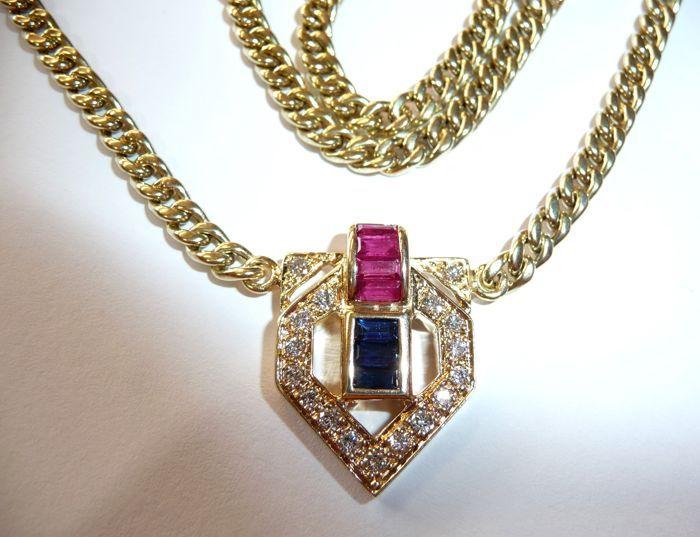 Chain ketting gemaakt van solid 14kt / 585 goud met ruby en sapphire stokbroden en 17 diamanten ca. 18 ct in totaal.  Elegante ketting ketting gemaakt van solid 14kt / 585 goud. De flexibele ronde Gourmetketting weegt een trots 21.86 g. Het elegante centrum stuk is een eye-catcher. Het ligt met een totaal van ca. 18 ct van natuurlijke edelstenen. In het midden staat een rij van stokbrood stenen. Onderaan zijn 3 oog-clean saffieren begrensd door een gratis kanaalinstelling en daarboven 4…