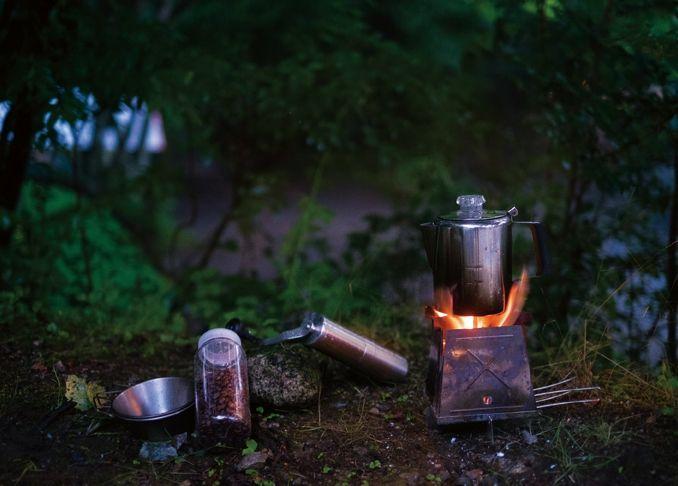 さわやかな空気が気持ちいいこの時期 外でコーヒーを淹れてみませんか 森や川原で淹れる挽きたてコーヒーは カフェで飲むのとはまたちがう楽しさがありますよ アウトドアシーンに最適な逸品をご紹介します キャンプコーヒー コーヒー 淹れ方
