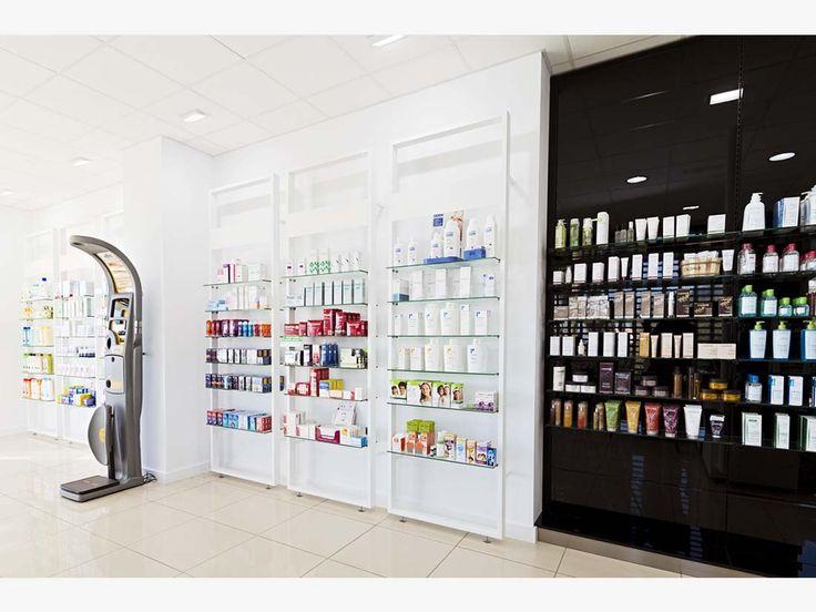 Distribución de la farmacia tras el proceso de reforma, destaca el contraste de colores