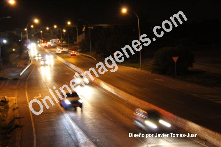 Compra imagen online para concienciar sobre la conducción en carreteras nocturnas transmitiendo consejos de seguridad vial mediante estrategias de marketing de contenidos en páginas webs y redes sociales.