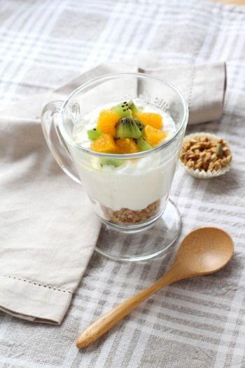 """750g vous propose la recette """"Faisselle au granola et fruits frais"""" publiée par Pascale Weeks."""