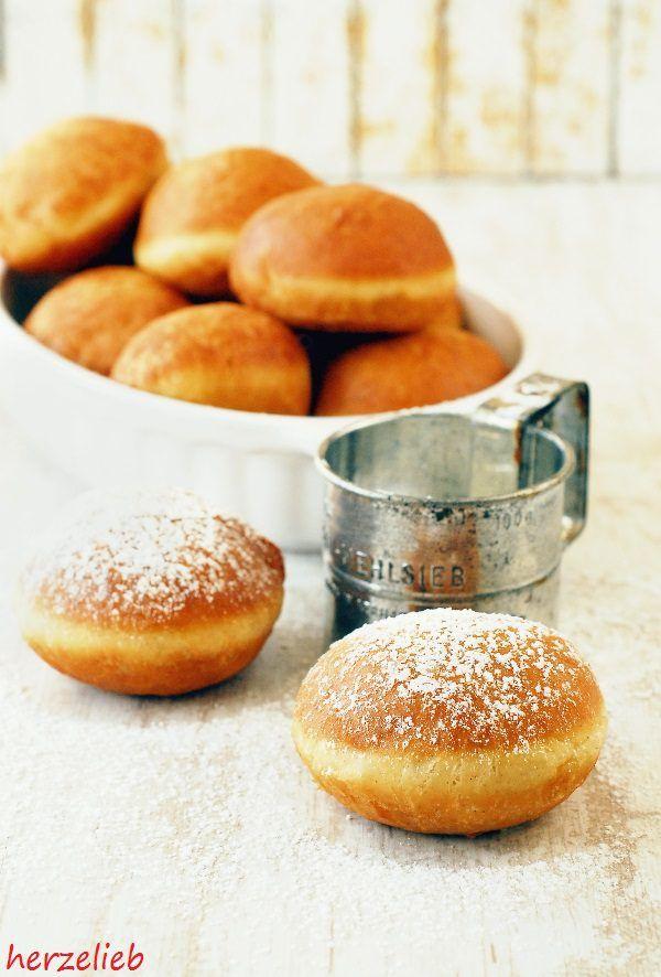 Recipe for Jam Doughnuts | Rezept für Berliner || find me on Facebook: https.//facebook.com/herzelieb | © herzelieb |    Tolles Rezept für Berliner, Pfannkuchen oder Krapfen für den Fasching, Silvester oder Karneval. So macht Backen Spaß! | Berliner sollten die typische weiße Linie haben, Die Teiglinge beim backen nicht zu viel im Fett bewegen!
