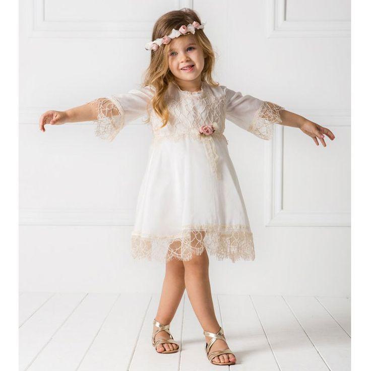 Το Βαπτιστικό Φόρεμα Chloe της Cat in the Hat είναι ένα Vintage Tounic φόρεμα τύπου καφτάνι (design by Alexandra Plati) , με εξαιρετικό σύμμεικτο ύφασμα βαμβάκι και μετάξι. Το μπούστο, τα μανίκια και το τελείωμα είναι διακοσμημένο με φίνα βαμβακερή Γαλλική δαντέλα. Συνοδεύεται από το δικό του χειροποίητο στεφανάκι για τα μαλλιά.  Εντυπωσιακό σύνολο υψηλής ραπτικής για μοναδικές εμφανίσεις