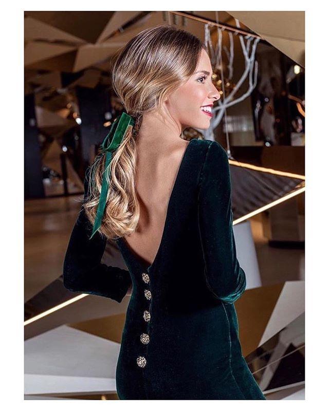 Precioso vestido de invitada de terciopelo espalda escotada y maxi botones  dorados de  cristinatamboreroatelier  lunchtime  couture  details  guest ... 5afe04ac8514