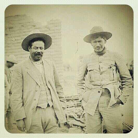Pancho Villa con Panfilo Natera, después de la Batalla de Ojinaga (1914), atrás el botín de armas que le arrebataron a los federales.