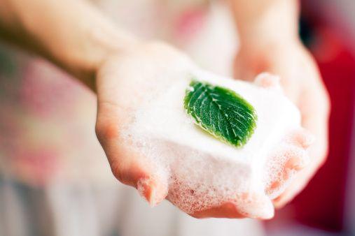 Il Sapone fai da te con lisciva di cenere senza soda caustica è una ricetta che prevede solo 2 ingredienti: lisciva di cenere e olio extravergine di olia.