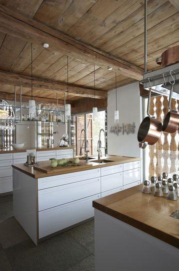 Ilôt central épuré pour cette cuisine laquée blanche - Quand le design envahit les chalets de montagne - CôtéMaison.fr