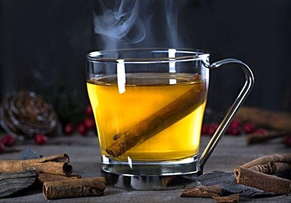 Teplý punč připravený z ovocné šťávy, vody, citronové šťávy, moučkového cukru a rumu.
