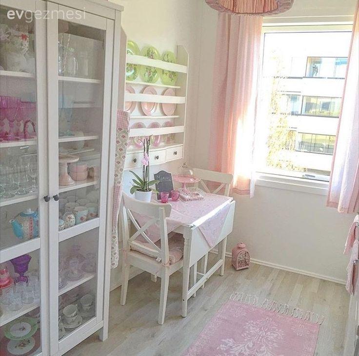 Danimarka'da yaşayan Ezgi hanımın pembe ve beyaz tatlı mutfağının konuğuyuz. 22 yaşındaki ev sahibimiz henüz 4 aylık evli, Sosyal Hizmetler ve Sağlık danışmanı olarak çalışıyor. Mutfağının sevdiği...