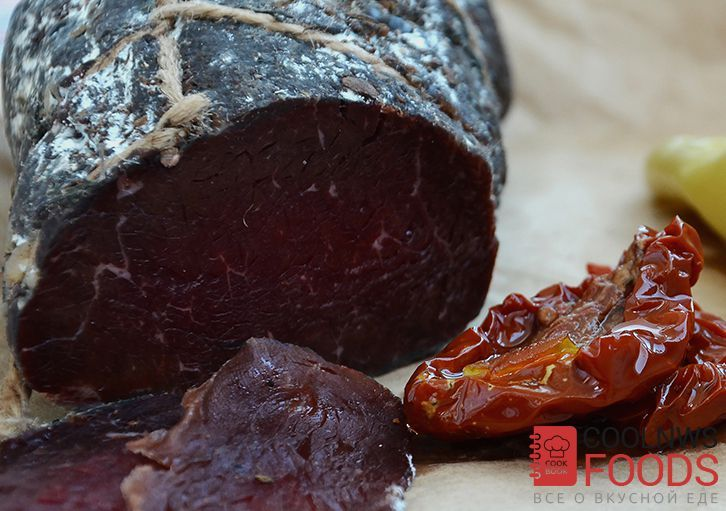 Брезаола - так называют сыровяленую говядину в Италии, популярная холодная мясная закуска, которую едят с рукколой, вялеными томатами и белым хлебом.