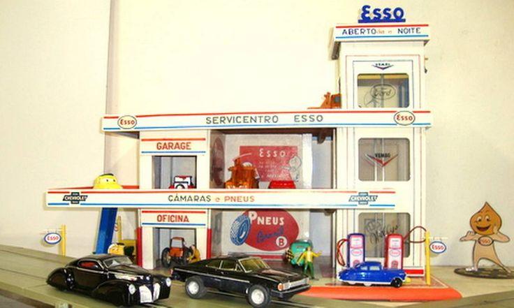 Posto de gasolina Esso, dos anos 1950. Carros, bombas de abastecimento e oficina. Elementos de um mundo até então masculino Flickr/wagner_arts/Creative Commons