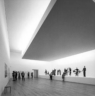 Sala de exposição, com iluminação do tipo mesa-invertida, Álvaro Siza Vieira,  Museu Serralves , Porto, Portugal.