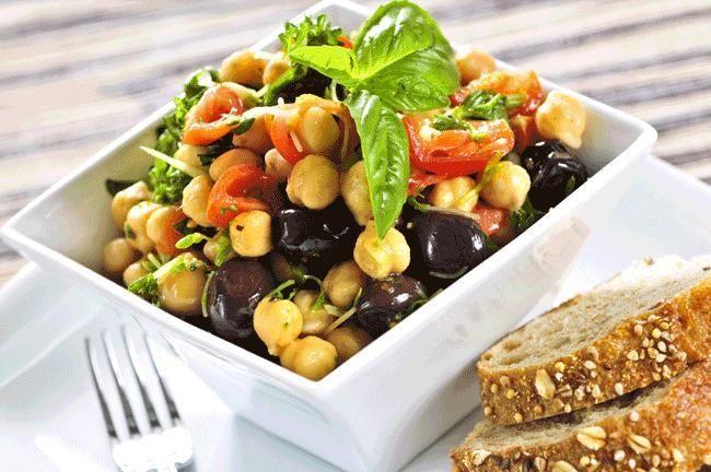 Un'insalata gustosa, una ricetta semplice che rafforza il sistema immunitario, difende il cuore e protegge dall'invecchiamento