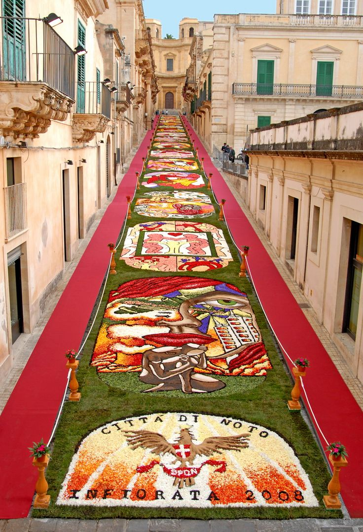 L`Infiorata di Noto, Sicilia, Itália. An annual festival in Italy when the streets are decorated with flower petals.