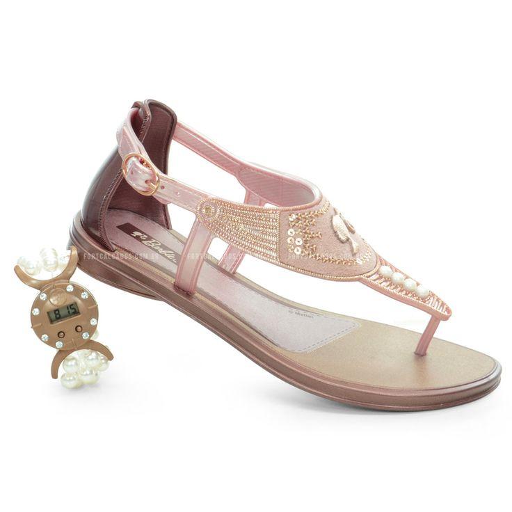 Sandalia Grendene Barbie, Confeccionado emfull plastic com detalhe em camurça e perolas.Além de compor todo charme a sandália ainda vem com um lindo relógio para as pequenas!
