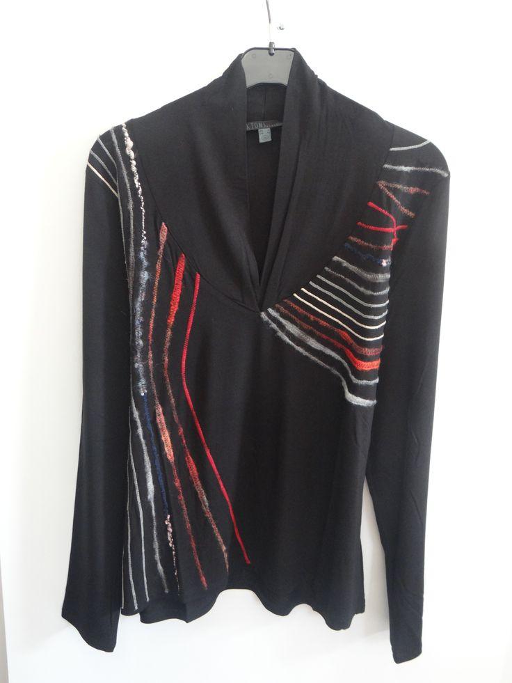 Blusa negra cuello pico con vivo multicolor