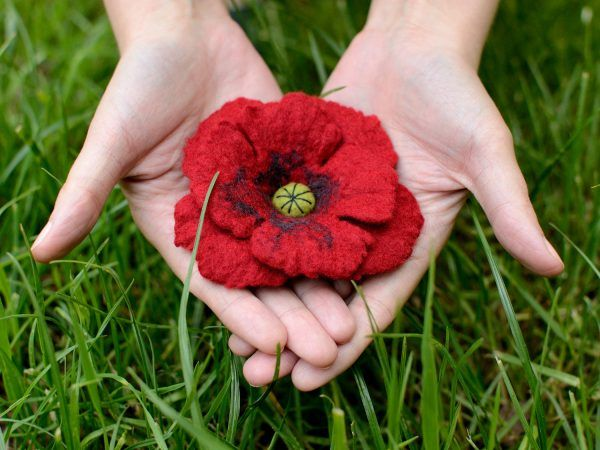 This felted poppy brooch is really cute. You can easily pin it to your blouse, dress, bag, or even attach it to a headband or bracelet. Very romantic piece :)