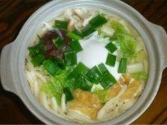 家内が体調不良(嘔吐下痢症)でダウン急遽うどんを作る事に レシピ うどんスープの元(粉)1本 うどん麺(かときっちゃん)1玉  卵1個 チクワ半本 椎茸1個 白菜少々 ネギ少々  うん我ながら完璧