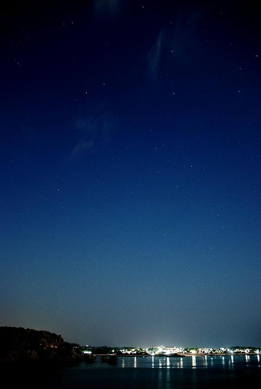 いつもは満点の星の、宮城島の夜空、この日は月明かりで青い夜空となりました