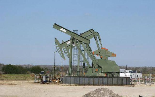 Timur Tengah bergejolak minyak tersentak  Mesin pompa di Dewitt County Texas (13/1/2016. REUTERS).  Selama 5 minggu harga minyak mentah dunia berada dalam posisi tinggi terhitung pada Selasa (11/4). Kenaikan harga diyakini akibat ketegangan aksi serangan rudal AS ke Suriah dan penutupan kilang minyak terbesar Libya. Kenaikan juga disebabkan oleh perkiraan naiknya permintaan saat AS memasuki musim panas. Minyak mentah Brent LCOc1 naik ke harga tertinggi sejak 7 Maret dengan nilai $5616 per…