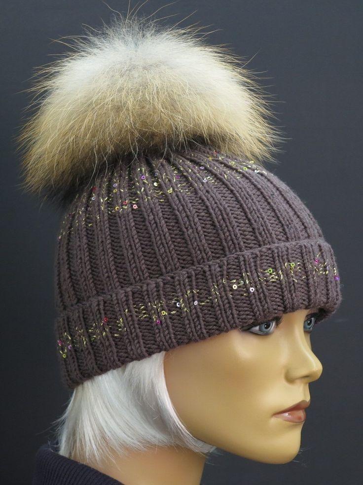 Luxusní hnědá čepice z merino vlny. Ručně pletená, zdobená zlatým přípletem a extra velkou kožešinovou bambulí Špongr.