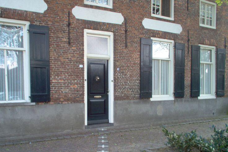 In Baarle-Nassau/ Baarle-Hertog staat een huis waar de grens van België en Nederland precies doorheen loopt. Dit huis heeft twee adressen en twee deurbellen. Trek aan de bel en 'duik vervolgens onder' in één land van de twee landen