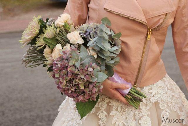 Pastelowy bukiet ślubny z hortensjami, goździkami i chryzantemami