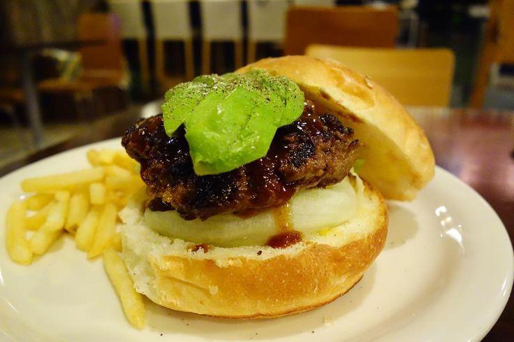 アボカドBBQバーガー峰屋バンズにパティが打ちのめされてる #meallog #food #foodporn #burger_jp #burger #ハンバーガー #