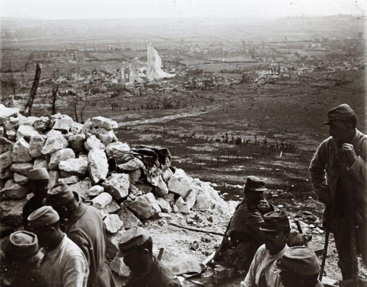 Ici, les soldats français posent dans une tranchée-dessus Ablain-Saint-Nazaire sur le front d'Artois dans le nord de la France.
