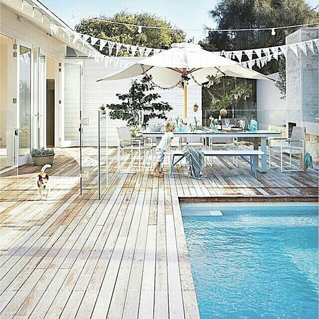 We love how the pool fence is almost invisible here.
