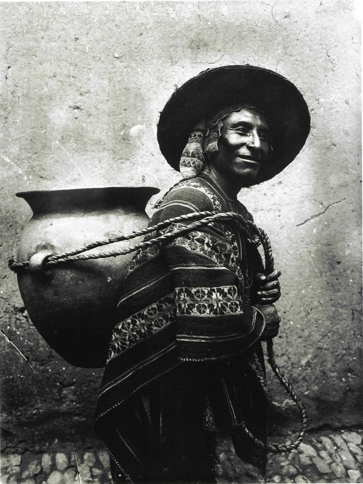 "Cargador de chicha, 1940. Martín Chambi, fotógrafo peruano.  ""Chicha"" (alcoholic beverage) carrier, by Martín Chambi, peruvian photographer."