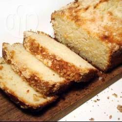 Es una receta muuuy fácil y no lleva manteca, se cambia por aceite. Con un poco de leche, jugo de limón y queda un budín húmedo, sabroso y esponjoso.