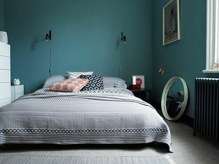 tapis et couverture de lit gris, deco bleu canard, mobilier blanc, coussins multicolores, miroir